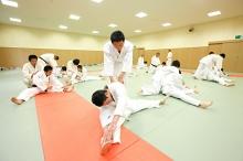 受け身など護身の技能を身につけたうえで、投げ技・寝技などに取り組みます。